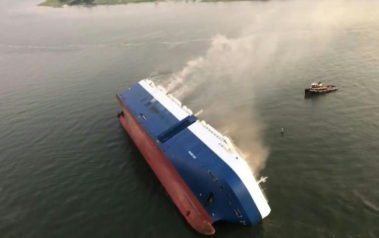 В океані перекинулося судно з 4 тисячами автомобілів (Відео)