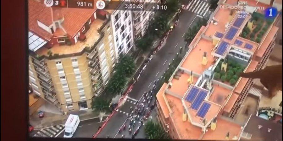 Вертоліт, який працював на велогонці в Іспанії, випадково зняв плантацію конопель на даху одного з будинків — відео
