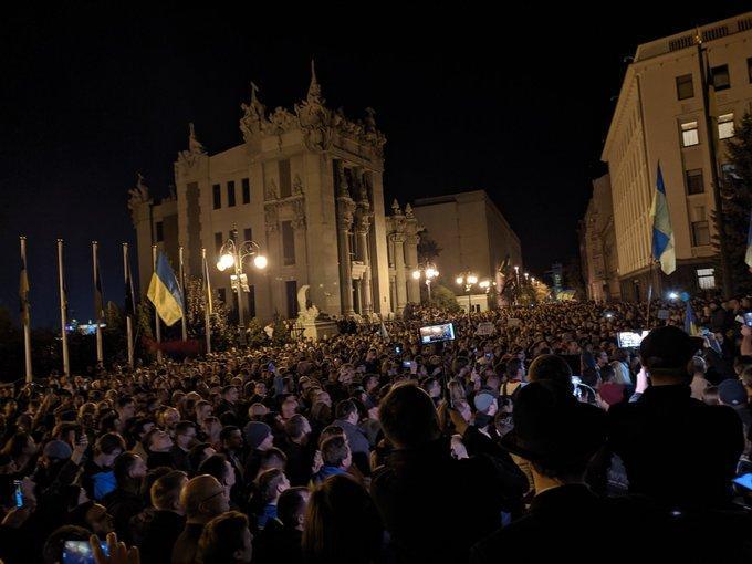 """""""Ні капітуляції!"""" Перед Офісом президента зібралось близько двох тисяч учасників акції"""