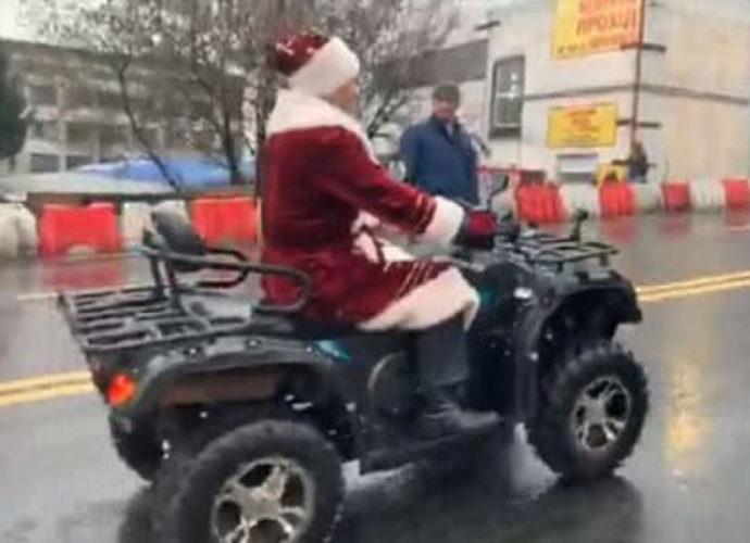 Кличко в костюмі Діда Мороза відкрив рух по Шулявському мосту в Києві. відео