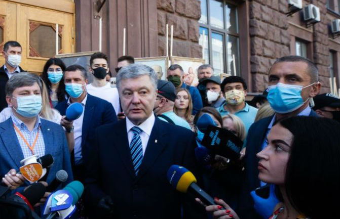 Прокурор офісу ДБР вручив експрезиденту Петру Порошенку підозру