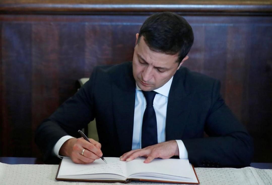 Зеленський увів у дію санкції РНБО проти колишнього президента та прем'єр-міністра та інших посадовців старої влади