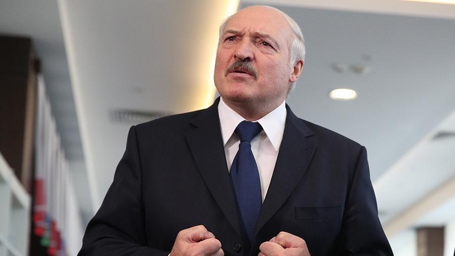 Лукашенко прилетів до Палацу незалежності в бронежилеті і з автоматом в руках (відео)