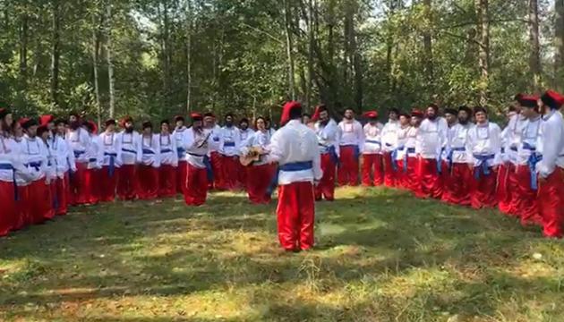 Хасиди одягнулись козаками і заспівали Гімн України на кордоні