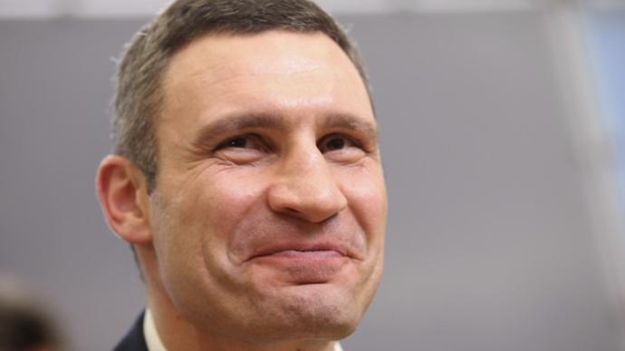 Віталій Кличко перемагає в першому турі