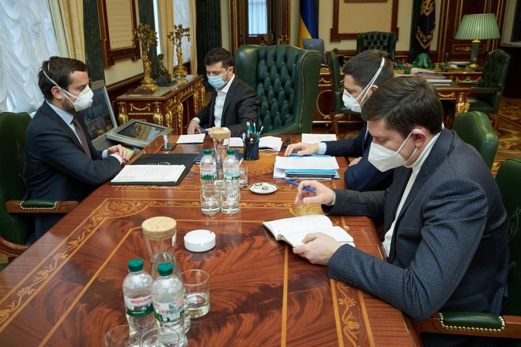 В Офисе президента Украины считают, что за решениями КСУ по декларированию стоит ряд политических групп.