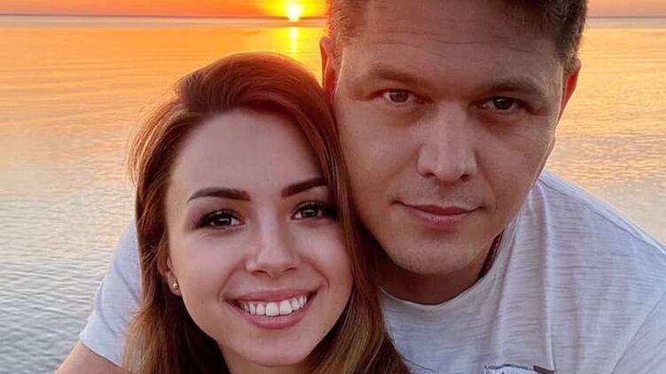Глава Миграционной службы  развелся с женой и женился на «девушке с собачкой из Уханя»